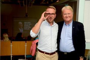 I bakgrunden sitter publiken och väntar på Andreas Carlson och Lars Adaktusson.