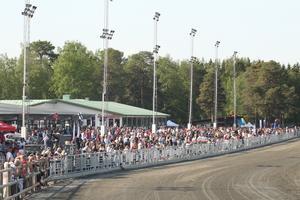 Cirka 6 600 åskådare hade lockats till lördagens dubbeltrav på Östersund. Så här välfyllt har det inte varit på länge runt travovalen.