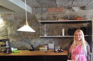 Tova Pernu driver kafé invid museet.