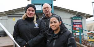"""Fältarbetarna i Socialtjänstens uppsökande team. Frida Axelsson, Peter Wrangel och Dina Sultan efterlyser vuxna på stan. """"Det är ganska stor frånvaro av föräldrar och jag tror inte att de vet vad som händer"""" säger Peter Wrangel."""