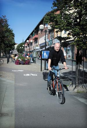 Den politiska vardagen rullade på för Stig år 2004. När han cyklade  i centrum återstod fortfarande tio år vid makten.
