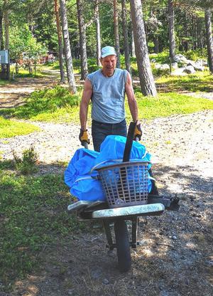 Sten Furbo, ordförande i Skatöns samfällighet, körde många kärror till uppsamlingsplatsen