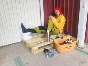 Simon Hodler väntar på tejpning av sin stukade fot.  Foto: Läsarbild