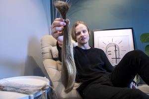 För två veckor sedan klippte Jonathan av sig håret som han sparat under en femårsperiod.