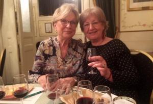 Solveig Andersson och Birgit Göthe smakade de olika vinerna och gav kvällen gott betyg. Foto: Ulf Persson.