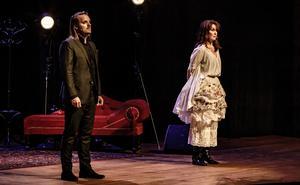 Kristoffer Hellström och Maria Lundqvist tillsammans på scenen.