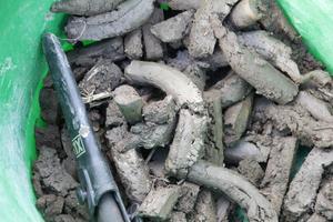 Dessa jordkorvar skickas på analys och om en dryg vecka kommer svaret hur mycket kväve det finns kvar efter fjolårets torka.