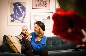 Isabelle Pedersen och Doris Landström bor i Sundbyberg utanför Stockholm. Mamma Isabelle vände hem till Jämtland för två år sedan, men när Doris skulle födas för några månader sedan gick flyttlasset tillbaka till Stockholm.