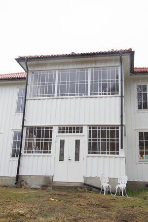 Huvudentrén är på baksidan av huset och man välkomnas av en ståtlig punschveranda.