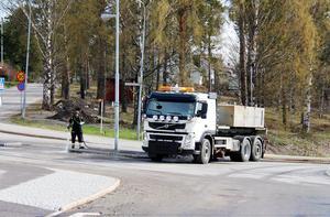 Det blev rekordsen start på sandsopningen i Timrå. efter den snörika vintern har vårstädningen på vägarna kommit igång först nu och gatorna i Timrå centrum sopades och spolades rena först.