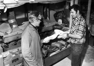 1973 tillverkades det träskor för fulla muggar i Föllinge. 40 personer var anställda på AMS-fabriken som skeppade iväg 1 000 par träskor på export varje dag.  På bilden platschef Nils Hansson och Rolf Fregelin.