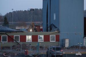 Rivningsgripen bryter snabbt igenom taket på den gamla byggnaden.
