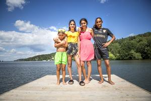 Sjuårige Lucas Jacobsson, fjortonåriga Melinda Jakobsson, trettonåriga Tibelia Demir och elvaåriga Sibel Demir hänger på stranden innan de åker ner till Bårsta IP för att heja på Sibel när hon spelar match i fotbollscupen.