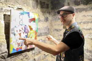 """Fredrik Alverland visar runt i utställningen """"My moments in pop cult"""", där närmare 20 lokala konstnärer visar upp sina populärkulturella influenser."""
