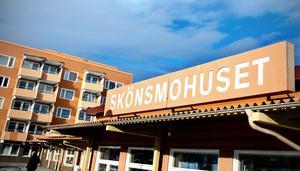 Helena Backlund, chef myndighetsutövning Stöd och Omsorg, förklarar att man stängde caféet i Skönsmohuset på grund av att lokalerna inte kunde tillgodose kravet på en god arbetsmiljö för de personer som hade sin dagliga sysselsättning där.