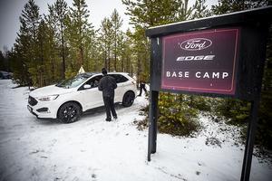 På Molanda flygfält utanför Järpen, utför Ford sina tester på halt underlag med fordonsinstruktörer från Jämtland.