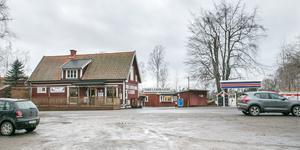 De ytor runt Torö lanthandel som ägs av Nynäshamns kommun har en torftig karaktär. Området borde kunna få en mer torgliknande karaktär, tycker oppositionsrådet Patrik Isestad (S).