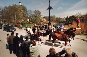 Kungaparet färdades i häst och vagn. Vägen kantades av firande Gävlebor. Bild:Gun Wigh