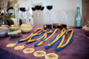 Medaljerna på prisbordet.