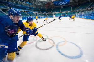 Tre Kronor tränar inför torsdagsmorgonens OS-premiär mot Norge.  Bild: Petter Arvidsson/Bildbyrån