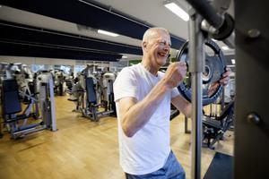 """På med vikterna på stången. """"Jag vill undvika att bli gammal och stel och jag vill hålla krämporna på avstånd"""", säger Per-Eric."""