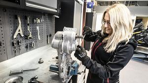 Sara mekar helst själv och har renoverat flera motorer själv. Här är skruvar hon med en växellåda till en snöskoter i verkstaden på jobbet för att lära sig så mycket som möjligt innan säsongen drar igång. Hemma i sitt garage håller hon på med att renovera en  Alfa Romeo, det är den andra bilen som är på tur.