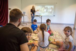 Under sommarskolan är det totalt fyra barngrupper, indelat efter ålder och de varvar olika lektioner med lek och fika.