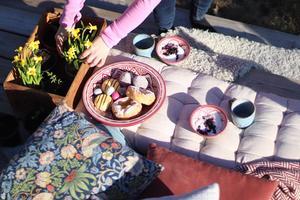 Foto: Sanna Friberg. Så här års går Sanna gärna ut i solen när hon ska bjuda på go'fika. Hennes instakonto heter #livetiklockis