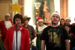 Lars och Lukas sjunger Elvis jullåtar.