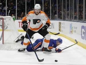 Oskar Lindblom vinner puck i kamp med New York Islanders Nick Heddy. FOTO: TT