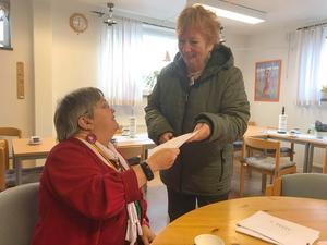 Snabbaste deltagaren, Britt Ling, anländer till sekretariatet och tas emot av Christin Nilsson. Foto: Elisabet Yngström