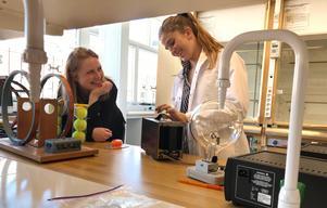 Koordinatorn Anna Nyhlén och handledaren Anna Dahlgren i salen där de förbereder allting inför varje laboration.