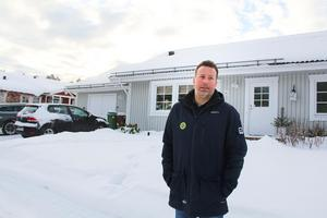 Svenne Olsson framför den ljusgråa villan i Söderhamn.