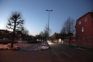Ännu en gång har belysningen efter delar av Fredsgatan i centrala Ludvika varit utslagen. Nu kräver kommunen att dess entreprenör prioriterar felsökning av kabelfelet.