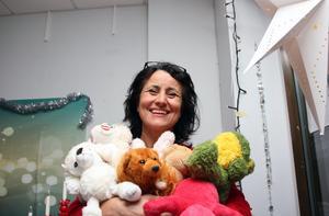 Julklappsutdelningen med gratis paket ska vara en glad fest, säger Carla Dahlberg. Hon efterlyser fler presentkort, julklappar som som tonåringar uppskattar.