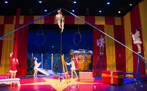 Nästan hela cirkussällskapet igång i manegen.