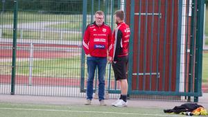 Lagledare Mats Swartling och  tränaren Rigest Hysko har daglig kontakt kring laget. Swartling står i tränarbåset under matcherna men Hysko bestämmer även då.