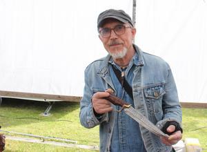 Utställaren André Rybak tillsammans med sin favoritkniv.