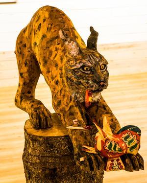 Tomas Holst skulpterar också, här är det ett lodjur som tagit en dalatupp.