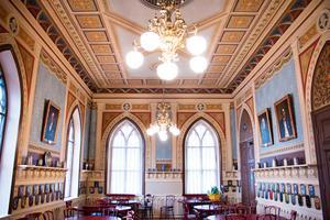 Riddarsalen – frimurarnas minst sagt ståtliga matsal – är ett av de rum där även interiören är byggnadsminnesmärkt och skyddad.