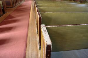 Före: Kyrkbänkarna har skavts av händer som tagit stöd när besökarna ska sätta sig.