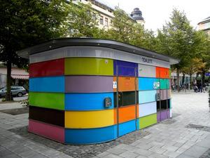 Snyggt skitställe. På Järntorget finns den här färgglada toaletten.