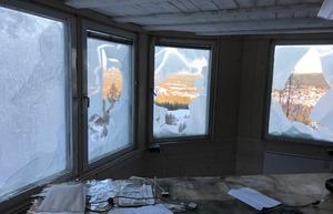 Fem treglasfönster finns i domartornet, samtliga har krossats.