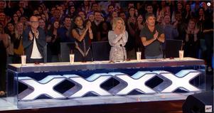 Stående ovationer för Chris Kläfford från juryns Howie Mandel, Gabrielle Union, Julianne Hough och Simon Cowell. Skärmklipp: Youtube