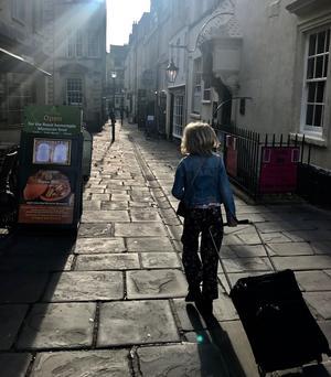 Märta på väg in i Baths historiska stadscentrum.