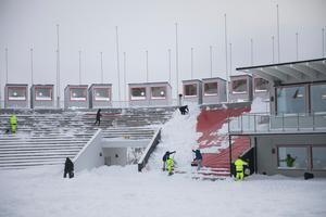 Arkivbild. Snöskottning på Nationalarenan i Åre inför WC-finalerna i mars 2018.