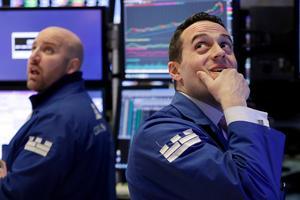Aktiehandeln runt om i världen har varit skakig sedan i fredags. Under måndagen backade aktiekurserna i bland annat USA. John Parisi och Michael Gagliano arbetar på handlargolvet på New York Stock Exchange.Foto: Richard Drew/AP/TT