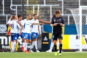 Niclas Bergmark deppar medan IFK Norrköpings spelare jublar. Foto: Bildbyrån