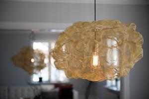 Som ett glödande moln, så beskrivs Johanna Forsbergs lampa