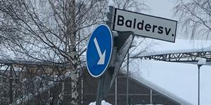 Jag tycker det är märkligt att så många skyltar och vägmärken lutar betänkligt i Sundsvall, skriver signaturen